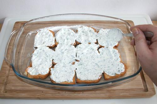 40 - Zwieback mit Schmand-Kräuter-Mischung bestreichen / Spread with sour cream herbs mix