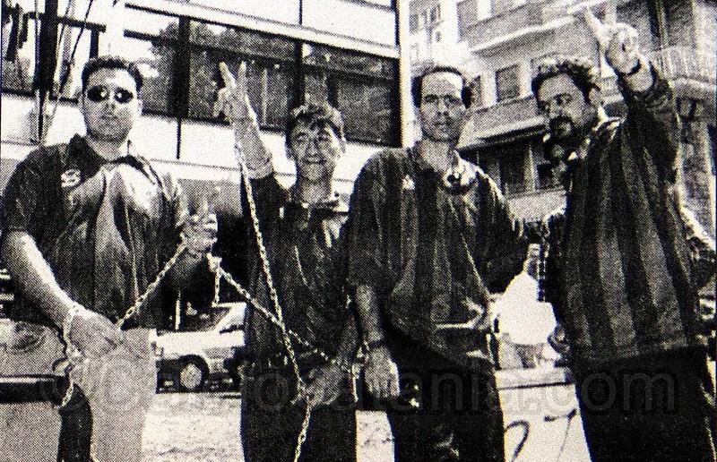 Michele Romeo, Ciccio Famoso, Giuseppe Tattaresu e Giovanni Pavone incatenati davanti la Figc