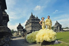 💘 outdoor prewedding photoshoot for Tina & Doan at Candi Plaosan Temple Prambanan Klaten Jawa Tengah.  Foto prewedding by @poetrafoto, http://prewedding.poetrafoto.com Makeup & wardrobe by @naia_salon  Follow IG: @poetrafoto untuk lihat foto pre+wed