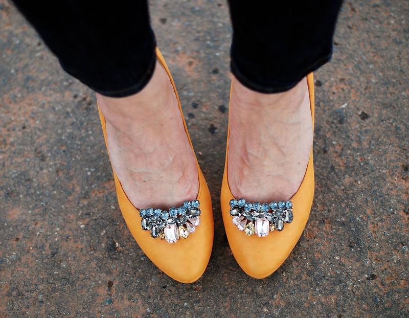 Using shoe clips to zhuj up coloured heels