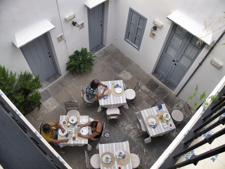 hotel la botica de vejer_patio_tipología_patio de vecinos_comunidad_desayunos