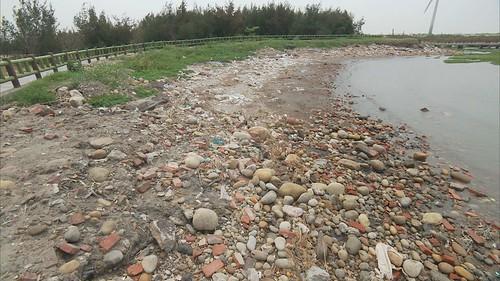 龜殼公園的景觀步道,滿佈垃圾。