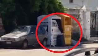 uomo cerca indumenti cassonetto polignano video