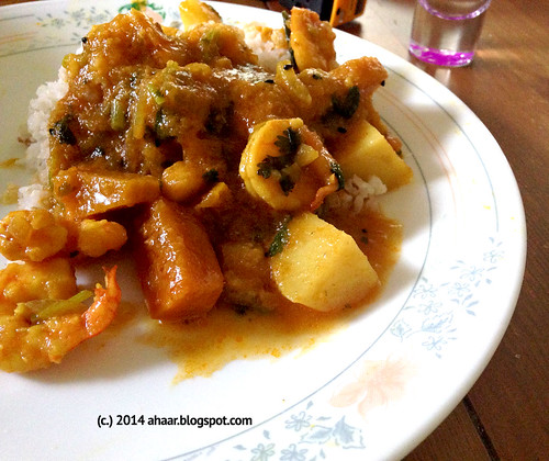 Aloo kumro diye chingri macher jhol (shrimp curry with potato and pumpkin)