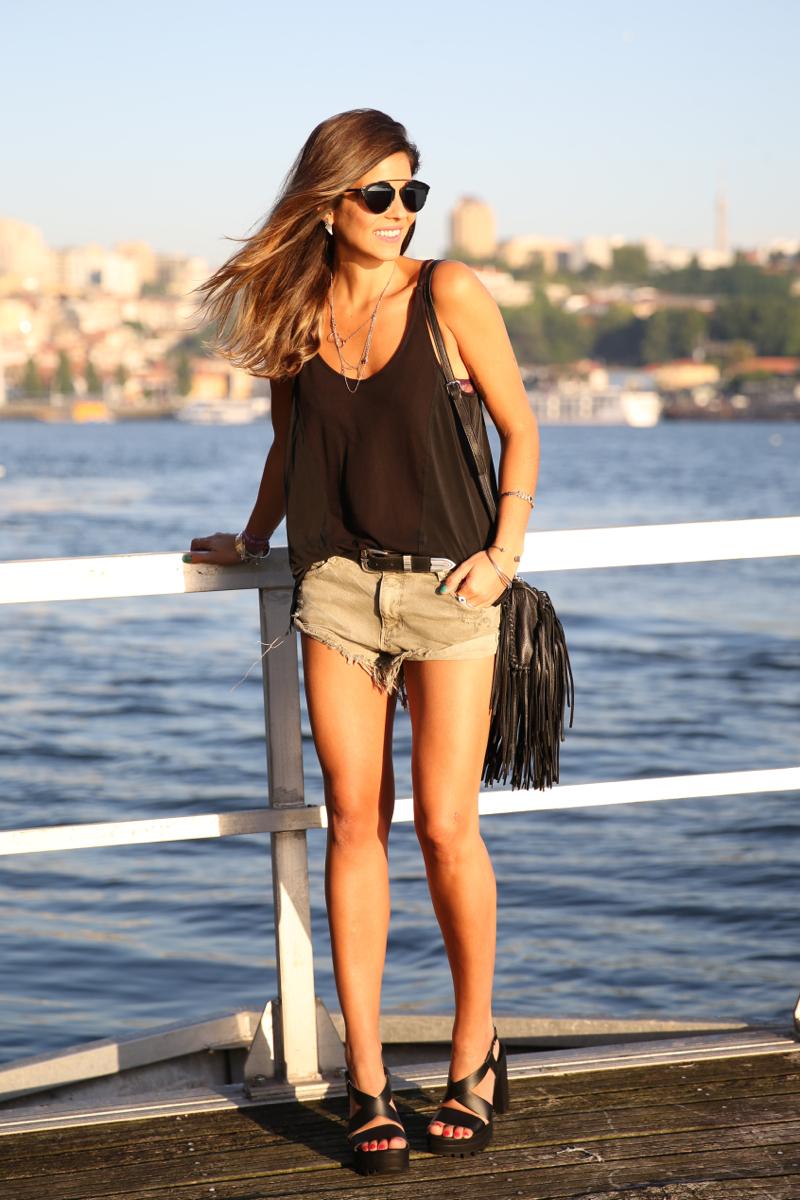 trendy_taste-look-outfit-street_style-ootd-blog-blogger-fashion_spain-moda_españa-salsa_jeans-dior_gafas-bolso_flecos-fringes_bag-khaki_shorts-shorts_caqui-grey_tee-camiseta_gris-verano-porto-portugal-12