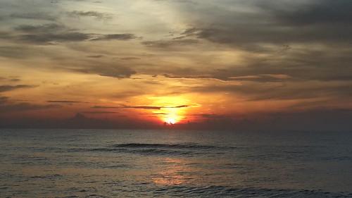 Matahari terbit di Pantai Paka