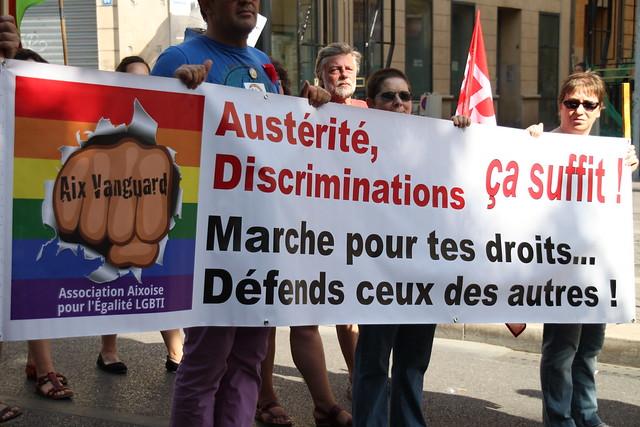 """Marseille, la Pride LGBT. Banderole """"Austérité, discriminations, ça suffit ! Marche pour tes droits, défends ceux des autres !"""""""