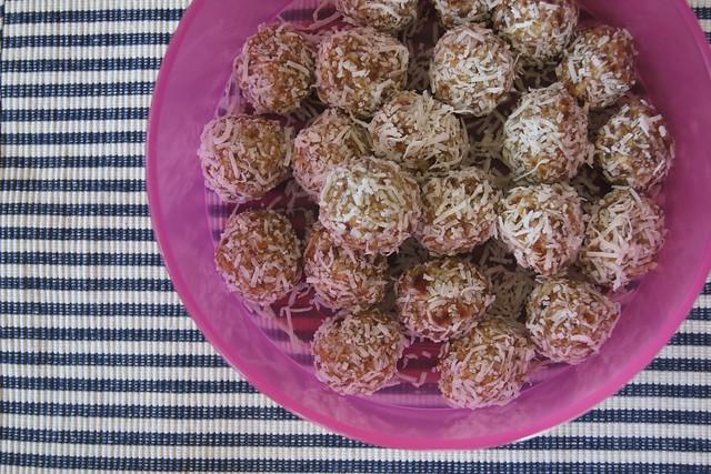 macadamia balls DSC08605