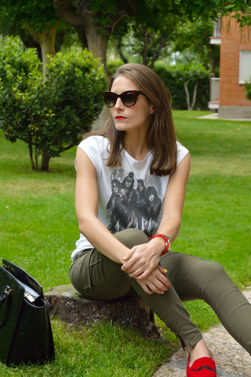 lara-vazquez-mad-lula-style-streetstyle-kiss-tee-red-lips-easy