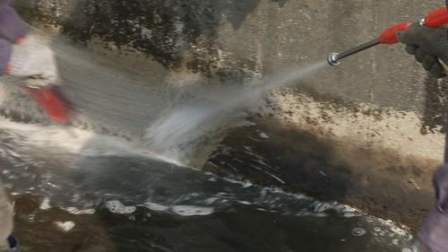 清理受污染的河川和灌溉溝渠