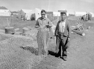 Two men mending fish nets, Fort Good Hope, Northwest Territories / Deux hommes réparant des filets de pêche, Fort Good Hope (Territoires du Nord-Ouest)
