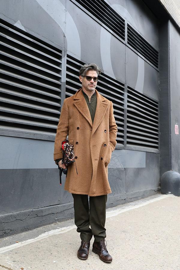 キャメルダブルボタンコート×カーキシャツ×カーキパンツ×ブラウンロガーブーツ