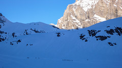 Liczne grupy ski alpinistów po wyjsciu ze schorniska G.F. Benevolo.