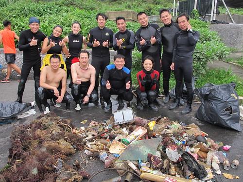 淨海志工與打撈上岸的海洋廢棄物