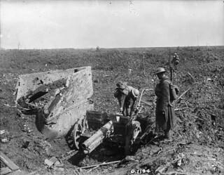 A German Whiz-Bang captured by Canadian soldiers at Thélus, Vimy Ridge, France, April 1917 / Obusier allemand capturé par des soldats canadiens à Thélus, sur la crête de Vimy (France), en avril 1917