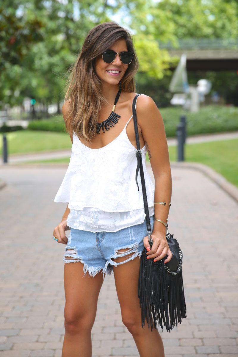 trendy_taste-look-outfit-street_style-ootd-blog-blogger-fashion_spain-moda_españa-fringed_bag-bolso_flecos-sandalias-verano-summer_sandals-ugg_australia-denim_shorts-shorts_vaqueros-oversize-7