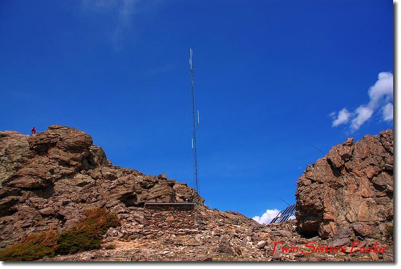 西峰頂下的電信中繼站(radio repeater hut)