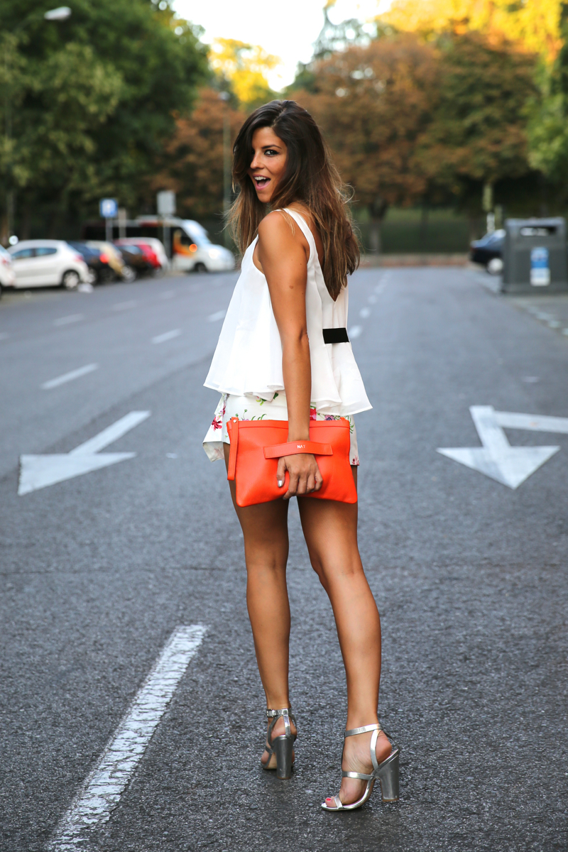 trendy_taste-look-outfit-street_style-ootd-blog-blogger-fashion_spain-moda_españa-sandalias_plateadas-silver_sandals-flower_print-falda_flores-top_blanco-7