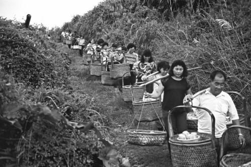 大城鄉台西村民用吊籃挑著祭品到溪邊拜溪王的景象。(許震唐攝,1989,衛城提供)