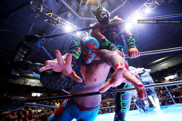 El Hijo de Dos Caras y Black Abyss Jr. durante una noche de lucha libre en Mexicali.