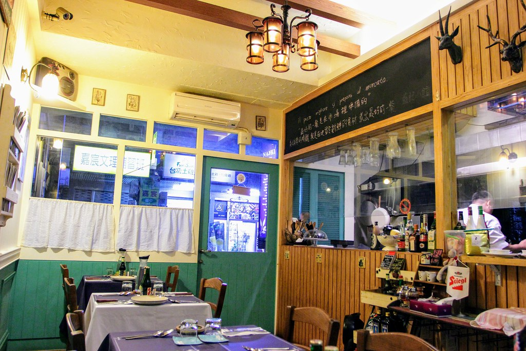 店內一景,右邊是開放式廚房