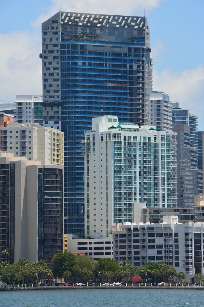 Miami brickell house 524 ft 46 floors under for Brickell house