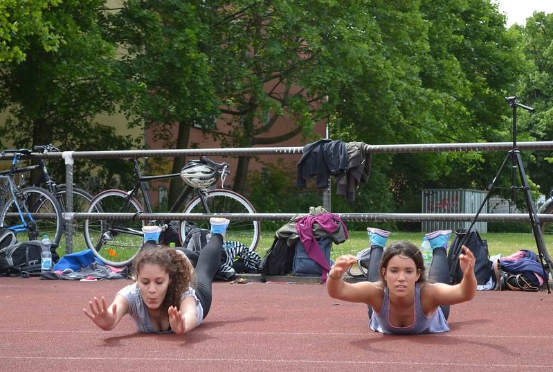 Foto de Carla y Belén haciendo el ejercicio superman