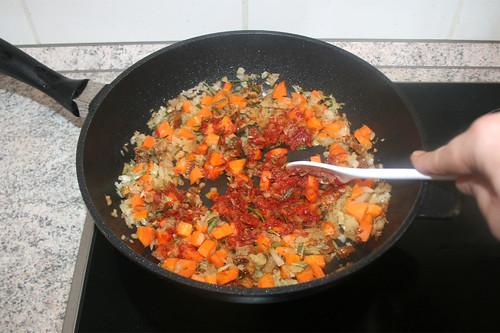 44 - Tomatenmark anbraten / Braise tomato puree