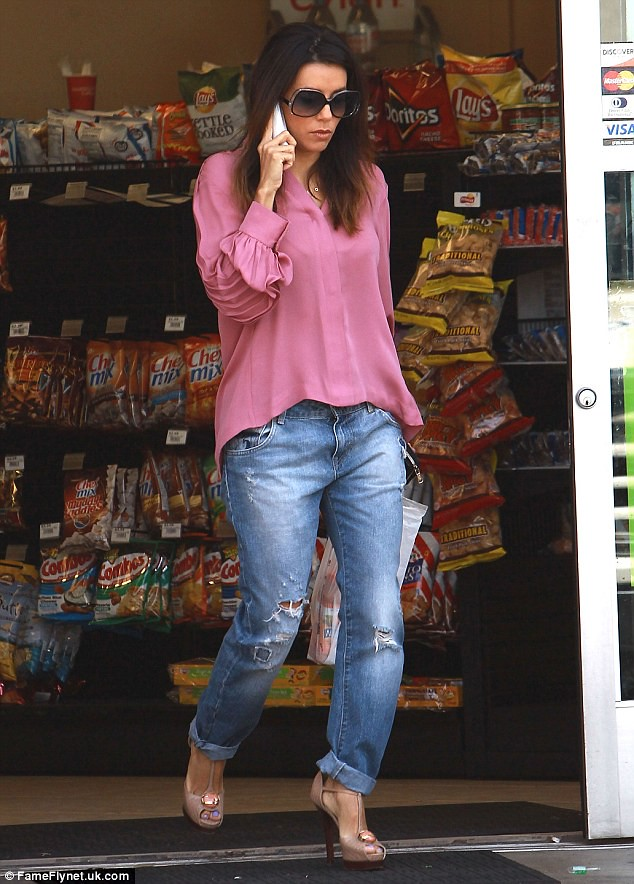 boyfriend-jeans-with-pink-top, loose jeans, slouch boyfriend jeans, t-bar heels, beige heels, pink top, pink blouse