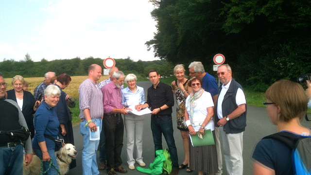 Arndt Klocke mit Theodora Bockem-Rohleder und Dr. Meinolf Rohleder an der Zufahrt zur Autobahnraststätte in Roxel
