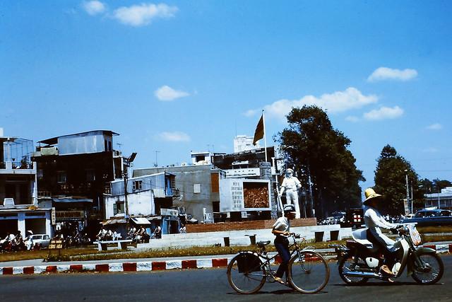 SAIGON 1970-71 - Tượng đài Cảnh Sát Quốc Gia tại ngã sáu Cộng Hòa