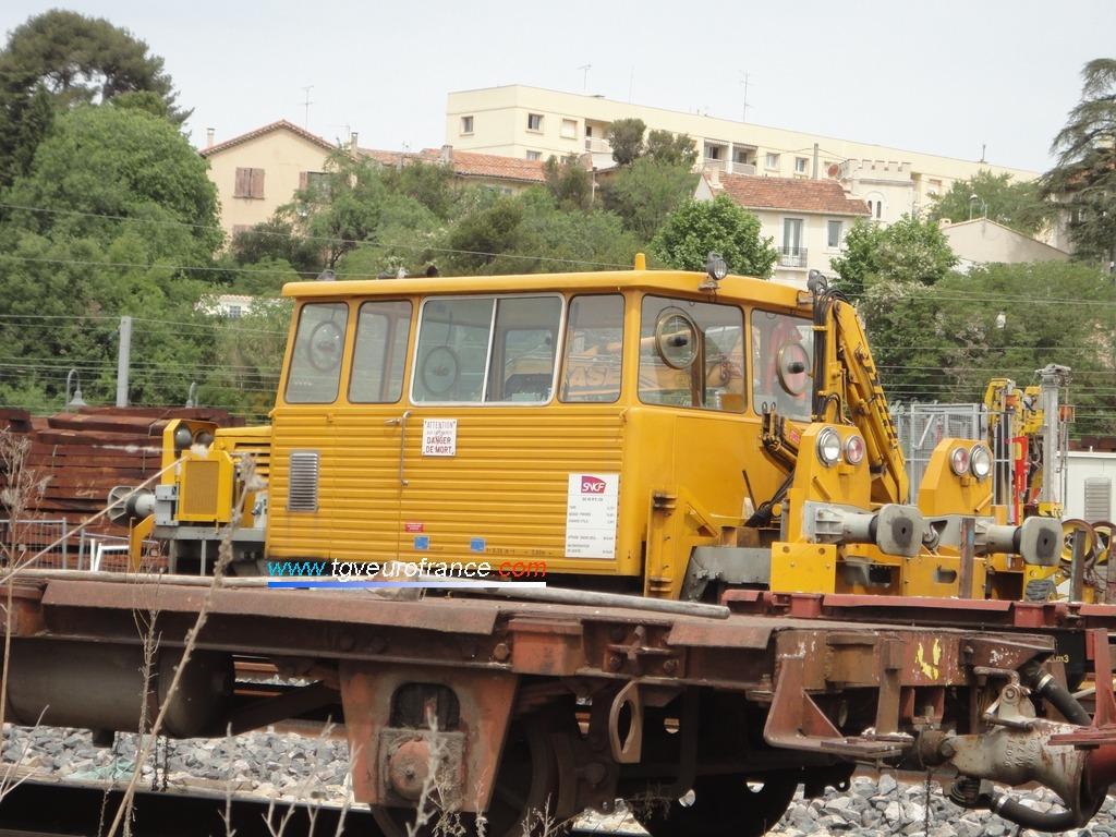 Une draisine DU 65 rénovée aux ateliers SNCF de Brive sur un wagon de transport en gare d'Aubagne