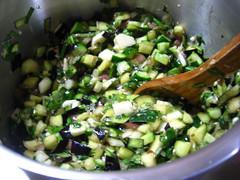水気を切った野菜と薬味、調味料を粘り気が出るまで混ぜます