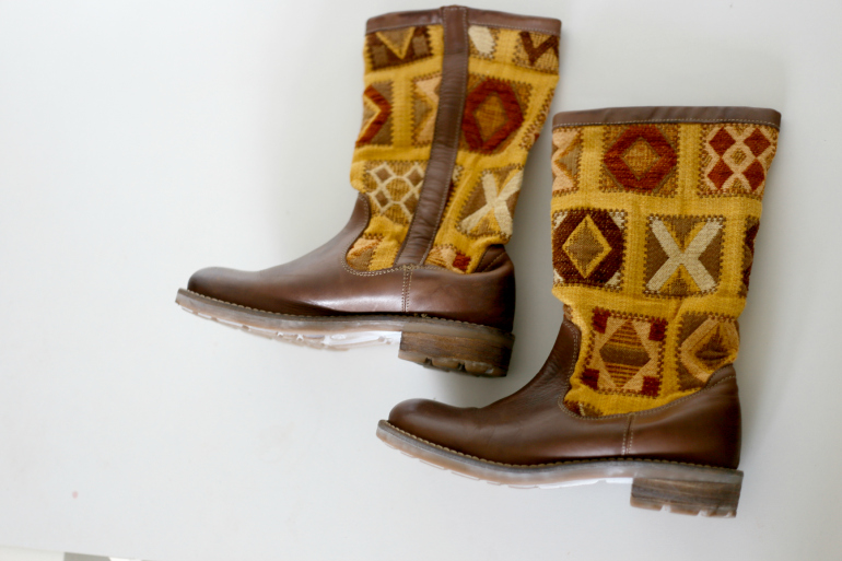 bruine laarzen gele print