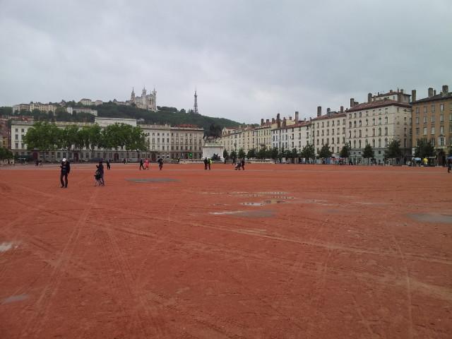 <p>01. In Lyon ist alles etwas grösser....</p>