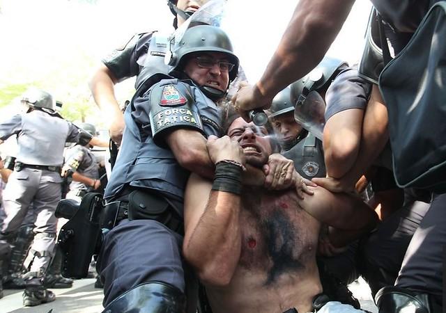 Foto: Robson Fernandjes/Estadão Conteúdo - Tropa de Choque agride manifestante perto da Radial Leste, em São Paulo.