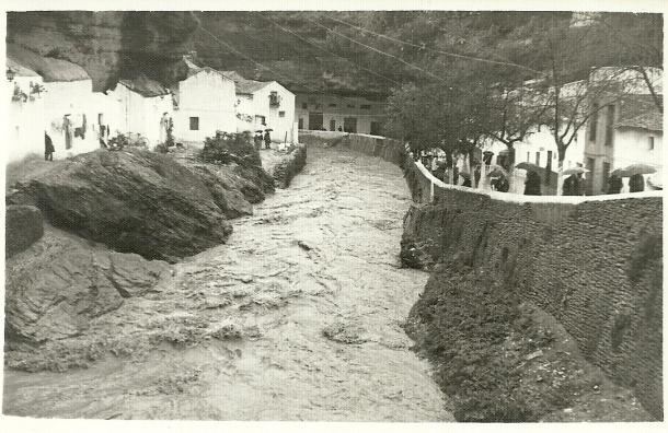 Riada en Setenil, cuando todavía no estaba construido el puente de Las Cuevas. Es anterior a la que se llevó el