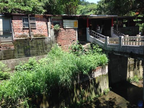 石頭公廟旁小橋流水人家,構架湧泉聚落雛形。