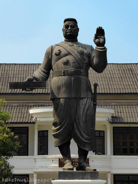 Luang Prabang 09 Haw Kham (Royal Palace) Sisavang Vong Statue STOP! HAMMER TIME! Hammerpants