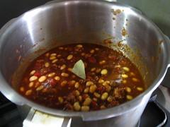 豆をスープごと、トマト缶を加えます