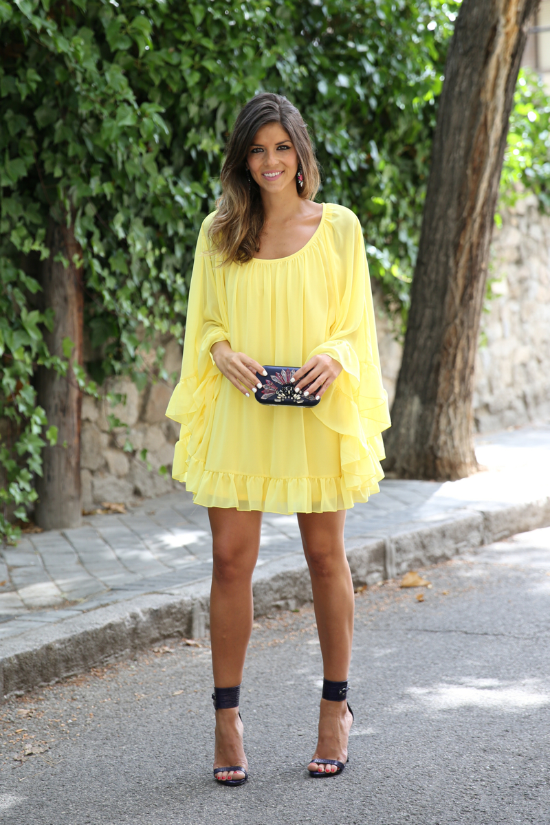 trendy_taste-look-outfit-street_style-ootd-blogger-blog-fashion_spain-moda_españa-yellow_dress-vestido_amarillo-boda-wedding-evento-clutch_pedreria-mas34-sandalias_azules-blue_sandals-11