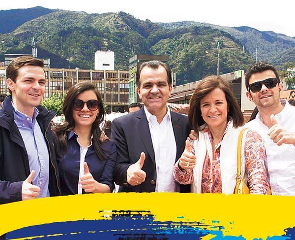 Oscar Iván Zuluaga con su familia