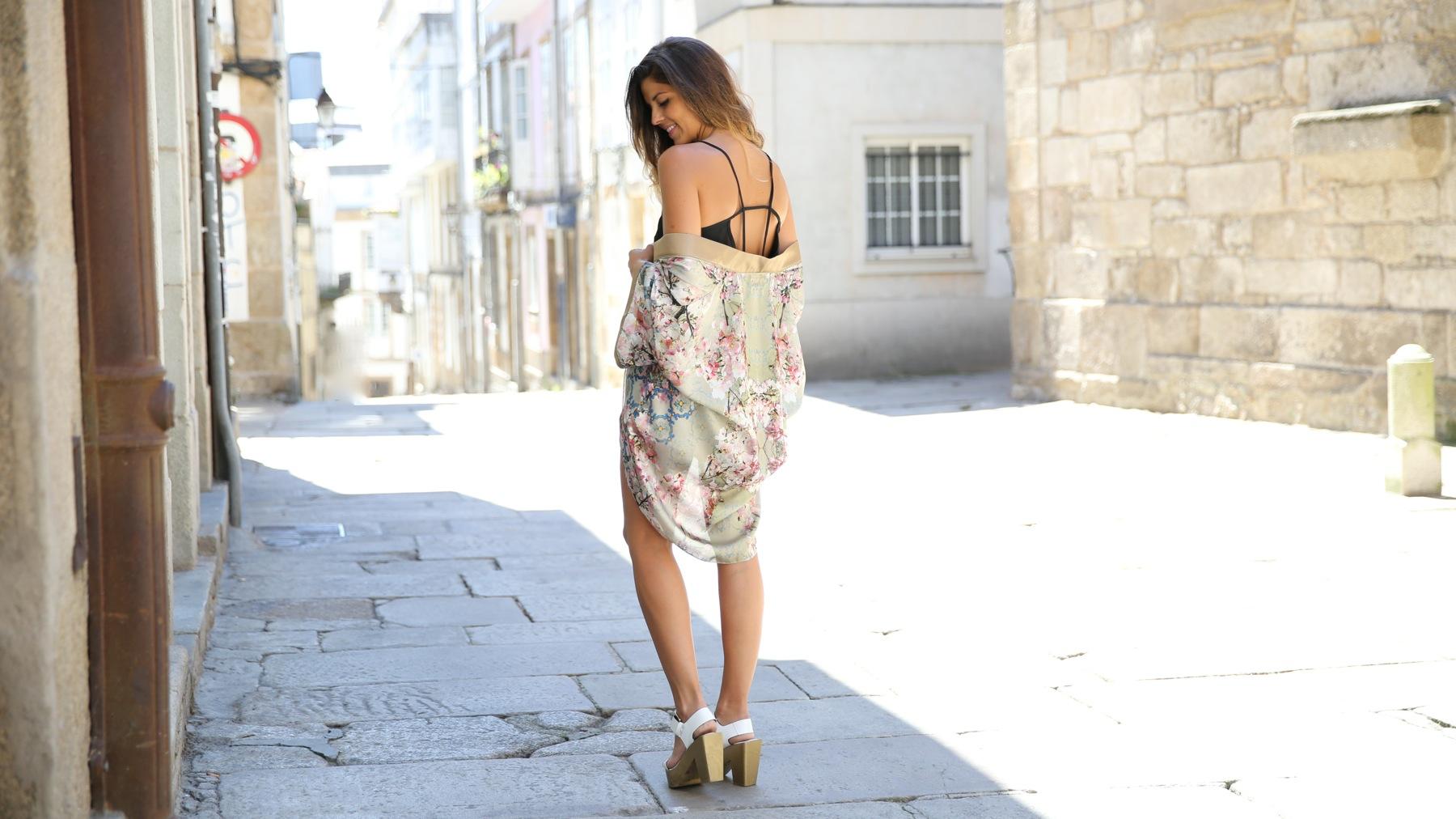trendy_taste-look-outfit-street_style-ootd-blog-blogger-fashion_spain-moda_españa-kimono-white_sandals-sandalias_altas_plataformas-guess-denim_white_shorts-shorts_vaqueros_blancos-4
