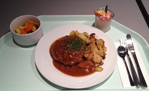 Fleischpflanzerl mit Bratensauce & Röstkartoffeln / Meatball with gravy & roast potatoes