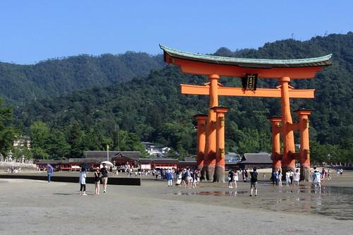 嚴島神社大鳥居の沖から眺めた風景