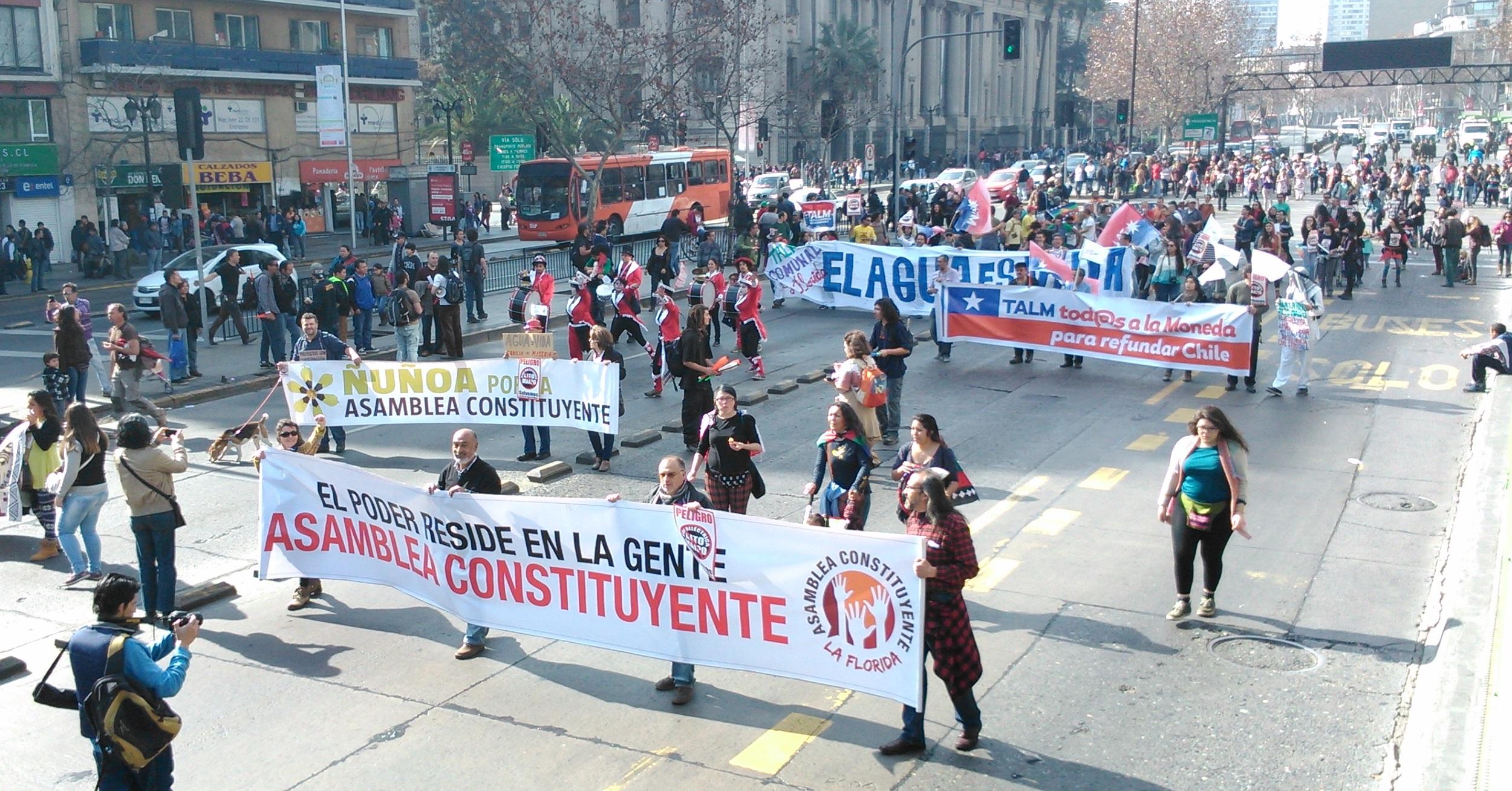 Movimientos comunales marchan juntos por una Asamblea Constituyente.