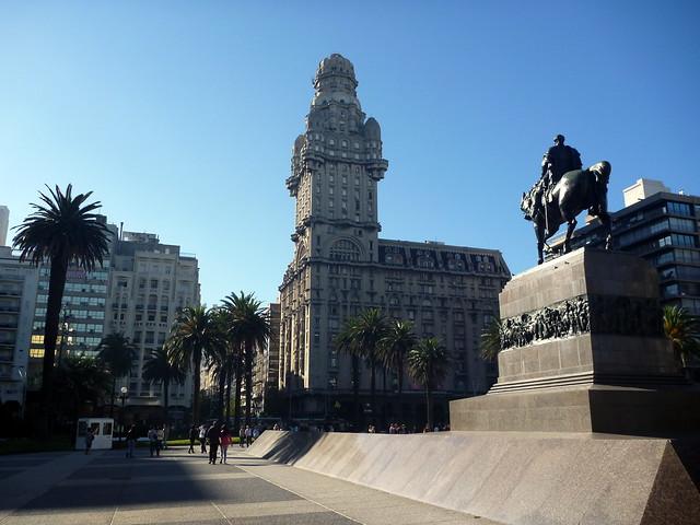 Plaza Independencia : la statue d'Artigas, héros de l'indépendance, face au Palacio Salvo