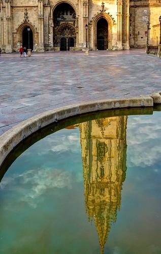 plaza sunset reflection atardecer agua torre fuente catedral reflejo oviedo