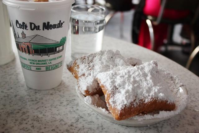 cafe-du-monde-new-orleans-beignets-cafe-au-lait