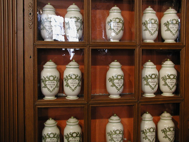 20031004_034_hospices_de_Beaune_apothecary_jars